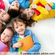 Kinder mit Schulheft