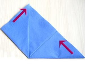 serviettenfalten-pyramid-spitzen-falten
