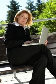 Frau arbeitet mit Notebook