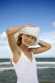 Junge Frau im Sommer mit glatter Haut ohne Achsel Haare
