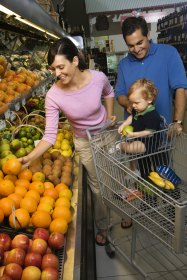 Familie beim Einkaufen im Supermarkt