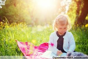 Kind beim Picknicken