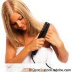 Wie man ein Glätteisen richtig einsetzt, ohne eine Haarschädigung zu riskieren